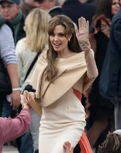 Angelina Jolie saluda