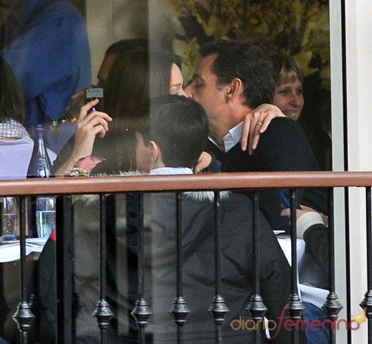 Beso presidencial de Nicolas Sarkozy y Carla Bruni