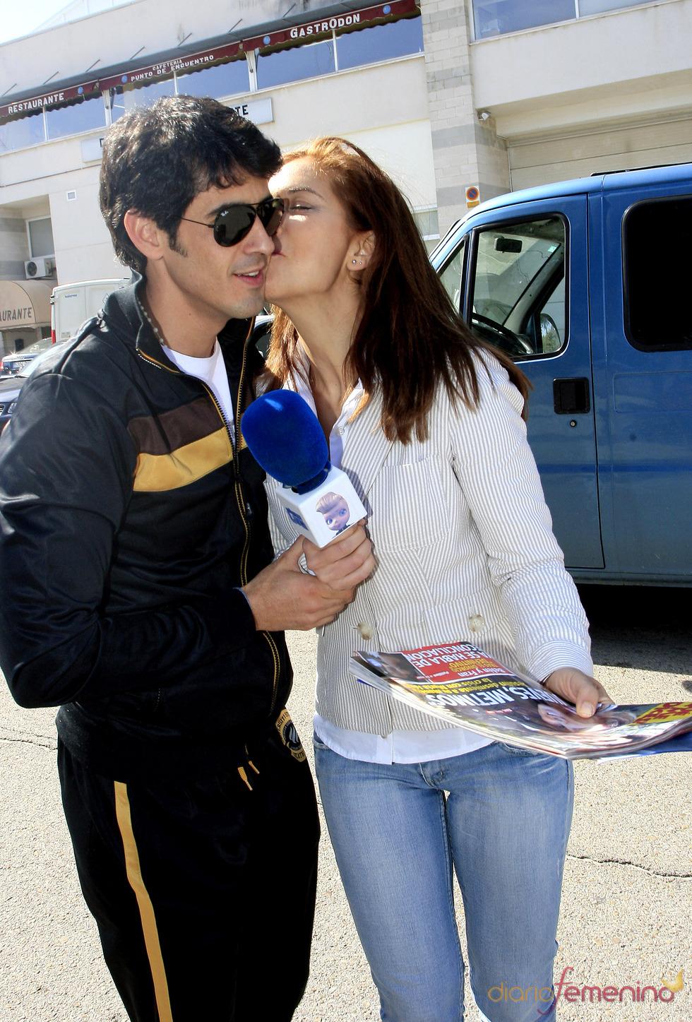 Beso sorpresa de Beatriz Trapote a Víctor Janeiro