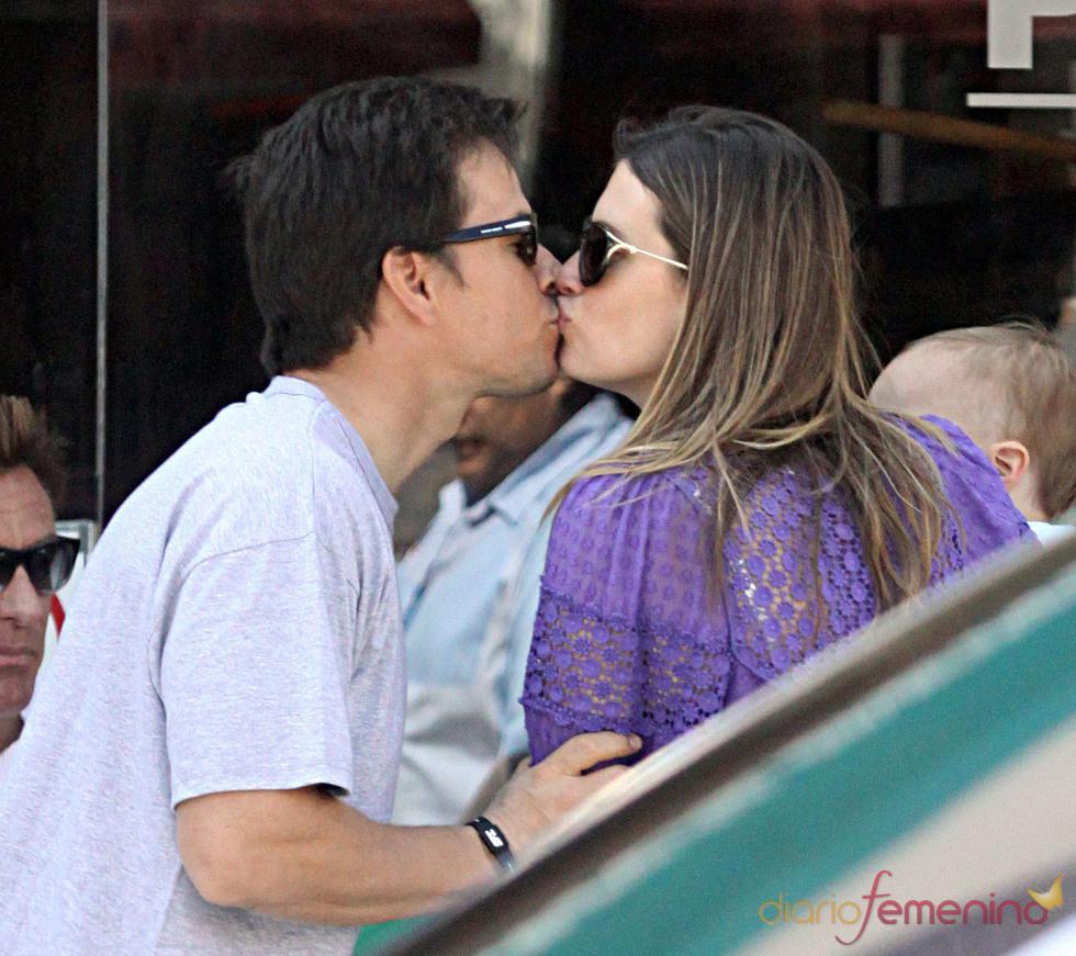 Beso estilo 'morritos' de Mark Wahlberg y Rhea Durham