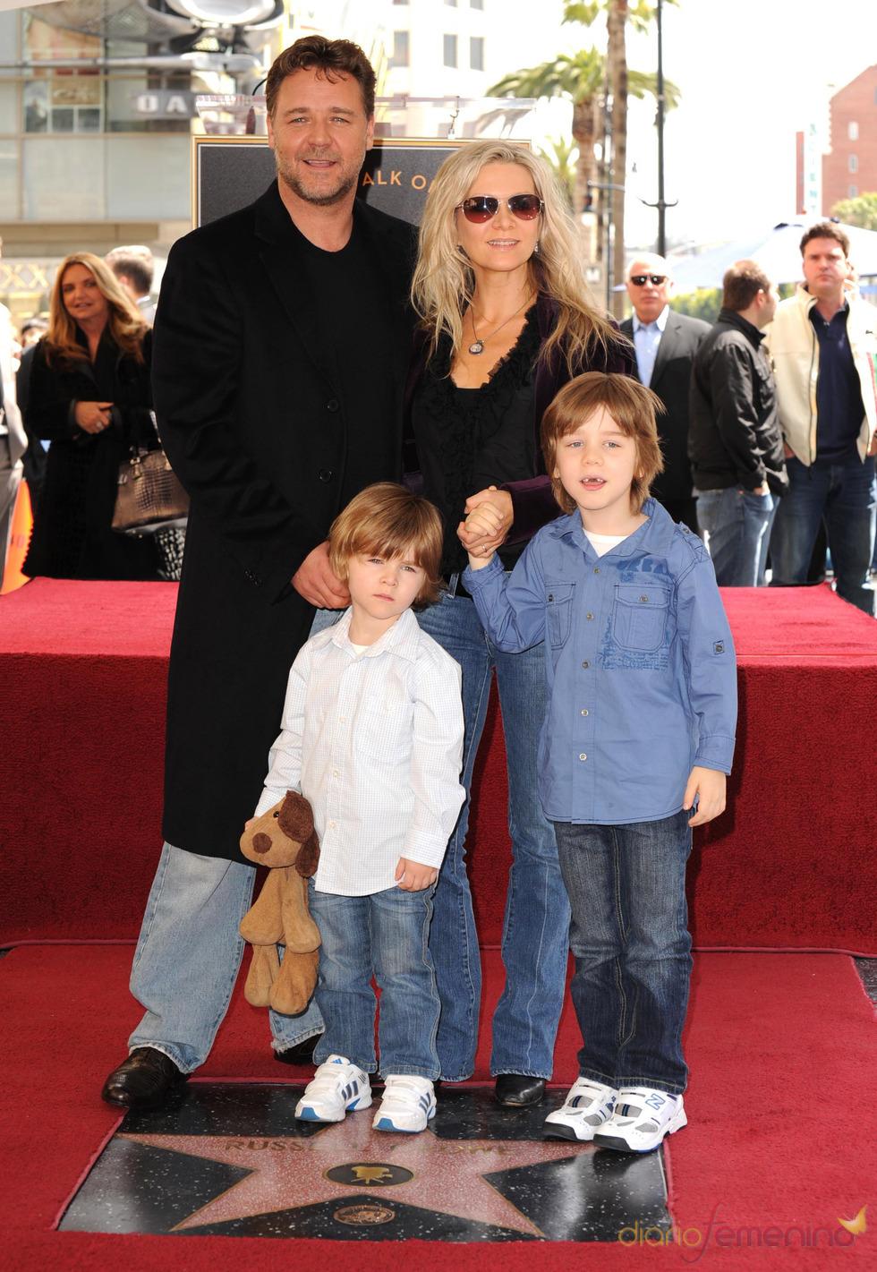 Russell Crowe y su familia en el Paseo de la Fama de Hollywood