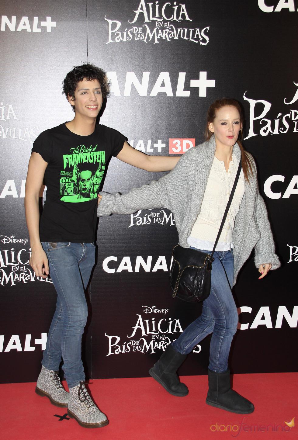 Eduardo Casanova y Ana María Polvorosa en la premiere de 'Alicia en el país de las maravillas'