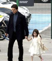 Suri, vestida de blanco junto a Tom Cruise