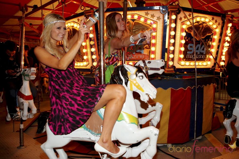 Paris Hilton y Nicky Hilton en el tíovivo