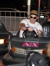 Kellan Lutz en los coches de choque