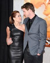 Miley Cyrus con su novio Liam Hemsworth en la première de 'La última canción'