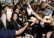 Kim Kardashian, rodeada por los fans