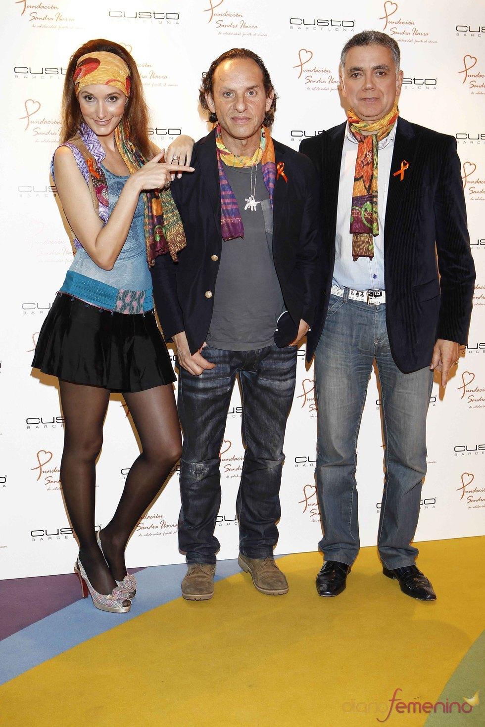 Sandra Ibarra, acompañada de Custo y Juan Ramón Lucas