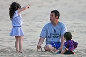 Adam Sandler con sus hijas en la playa