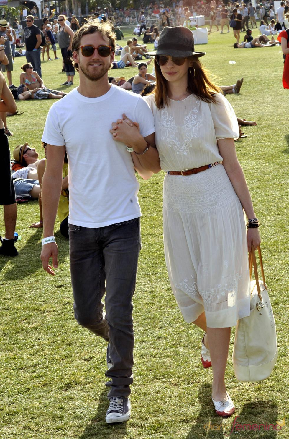 Anne Hathaway y su novio en el festival de Coachella