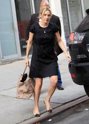 Kate Winslet con bolso de Roger Vivier