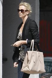 Charlize Theron con bolso de Roger Vivier