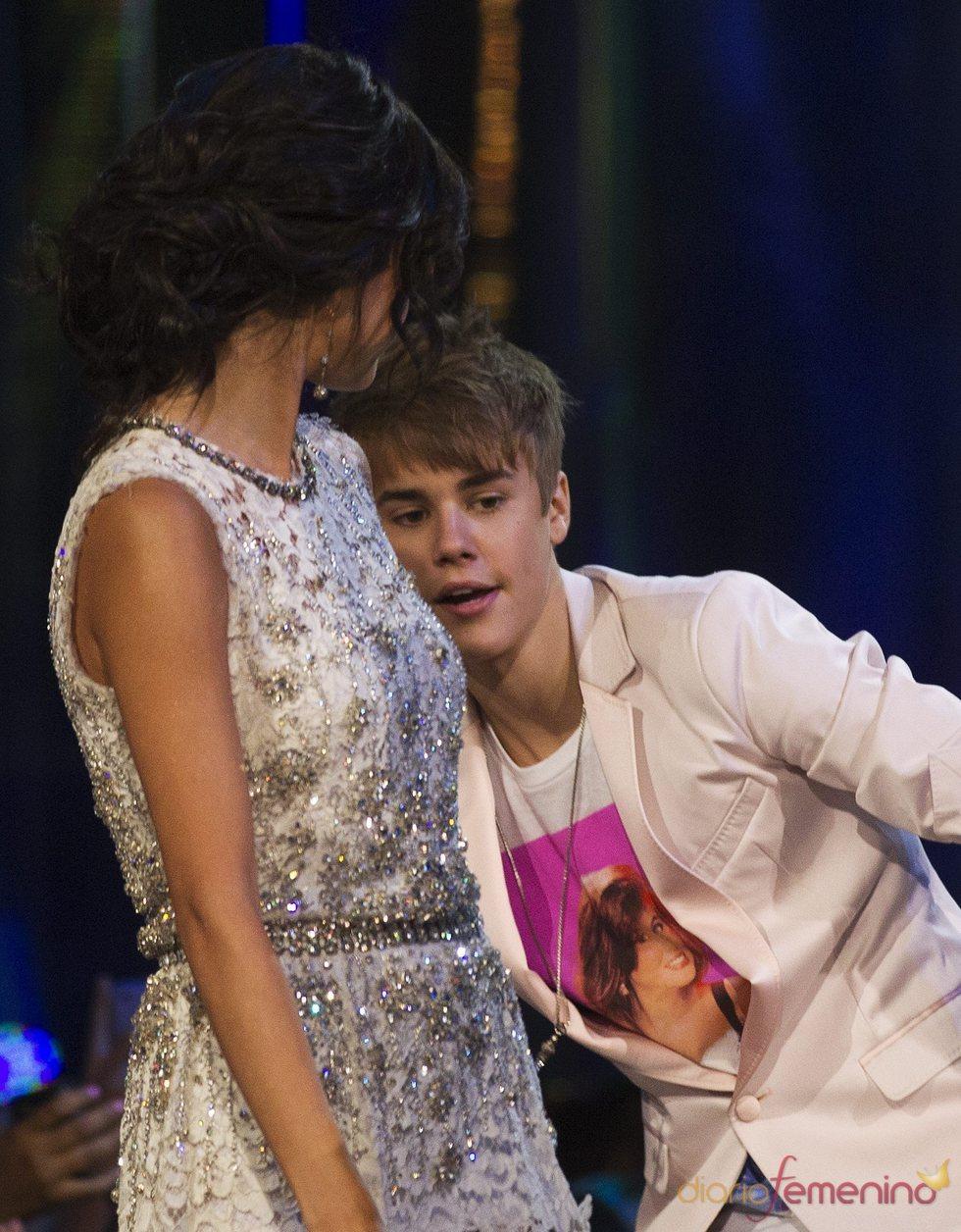 Justin Bieber, muy cariñoso con Selena Gomez en los MuchMusic Video Awards 2011