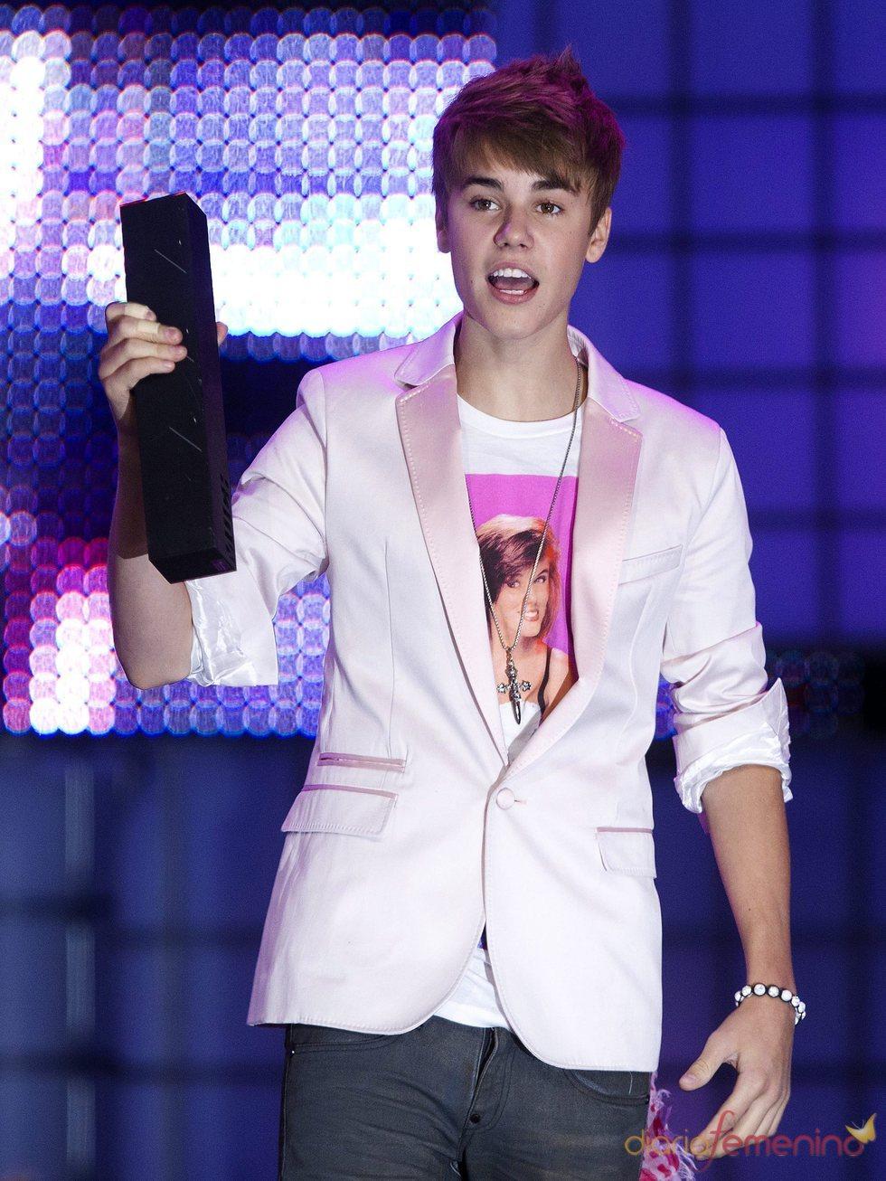 Justin Bieber con su premio de los MuchMusic Video Awards 2011