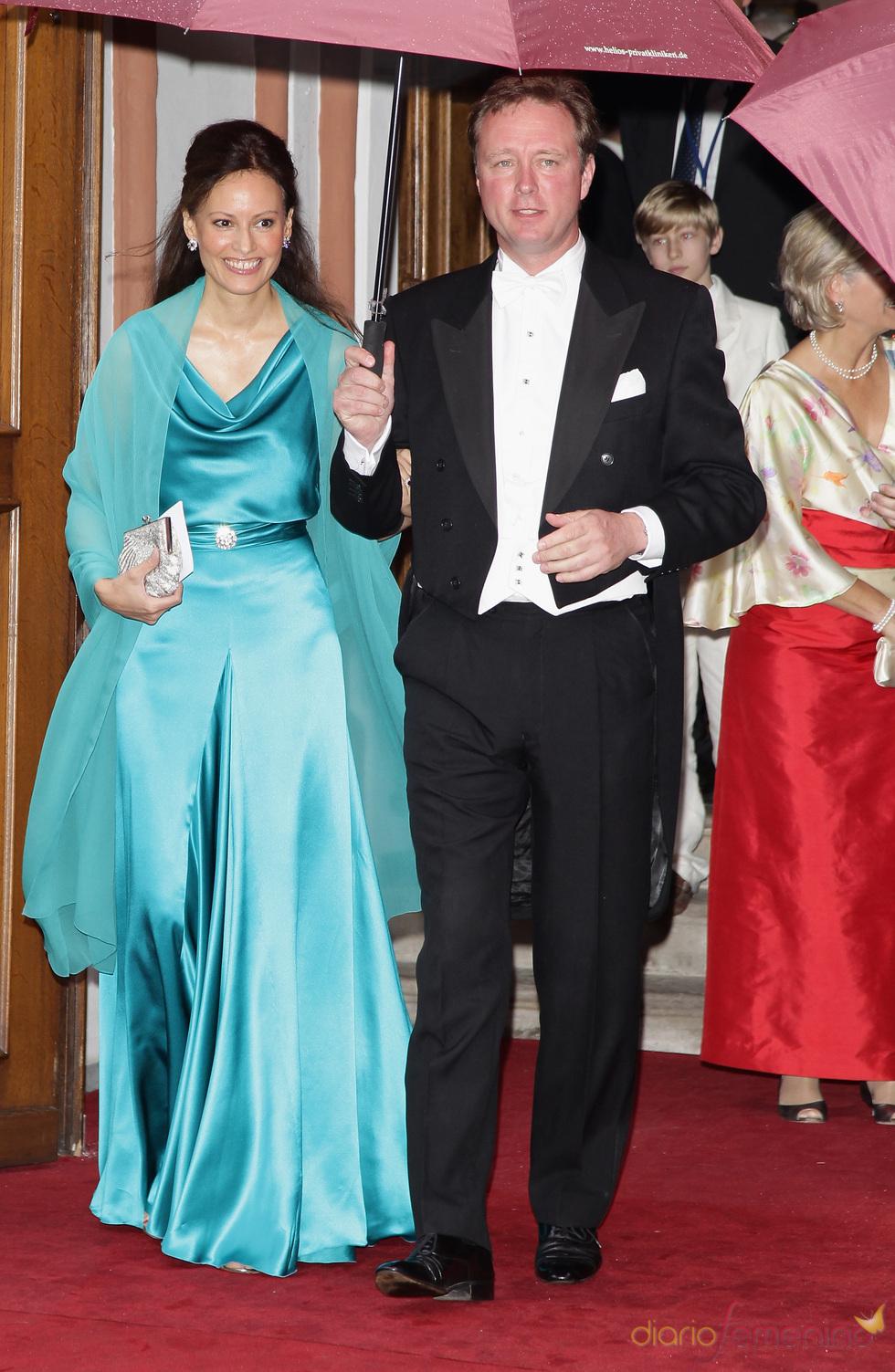 El Príncipe Gustavo y Carina Axelsson en la boda de Natalia de Dinamarca y Alexander Johannsmann
