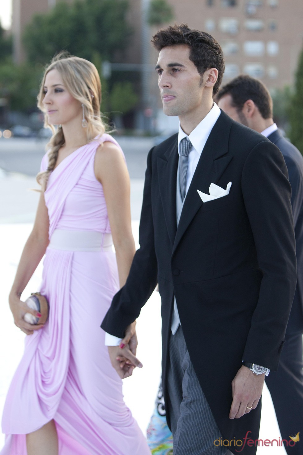Álvaro Arbeloa y su mujer Carlota Ruíz en la boda de Raúl Albiol