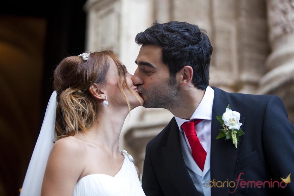 raúl albiol y alicia roig se besan tras casarse en valencia