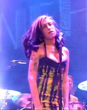 Amy Winehouse canta borracha en Belgrado