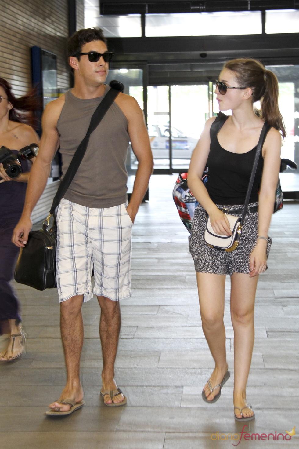 Mario Casas y María Valverde en la estación de tren de Sevilla