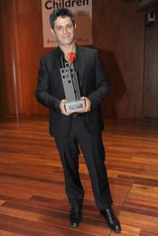 Alejandro Sanz con su premio Save the children 2011