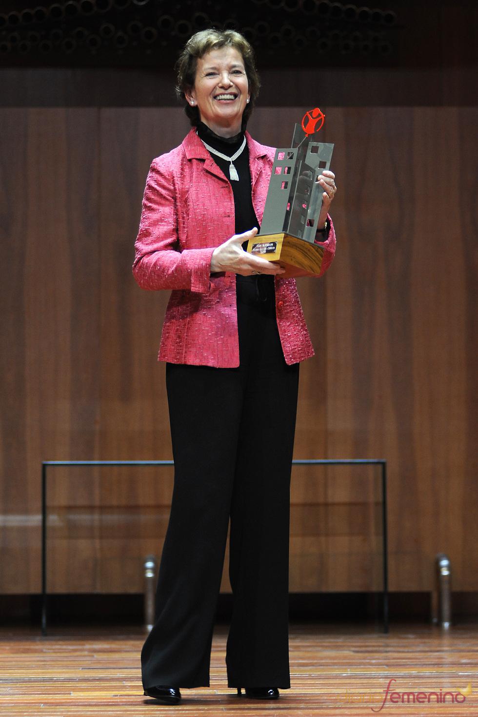 Mary Robinson con su premio Save the children 2011