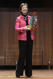Mary Robinson con su premio Save the children 2011