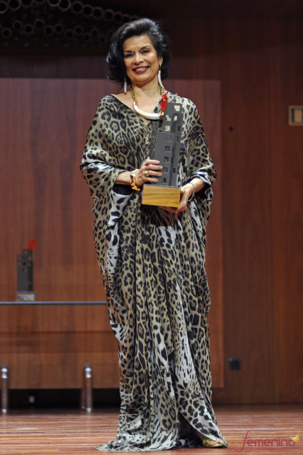 Bianca Jagger con su premio Save the children