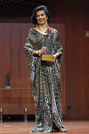 Bianca Jagger con su premio Save the children