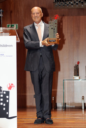 Norman Foster con su premio Save the children
