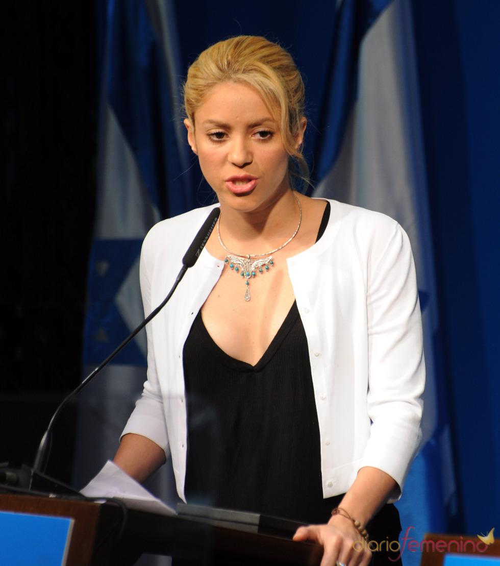 Shakira da un discurso durante el congreso 'Enfrentando el mañana 2011'