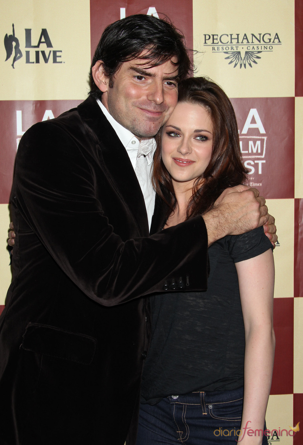 Chris Weitz abraza a Kristen Stewart en la premier de 'A Better Life'