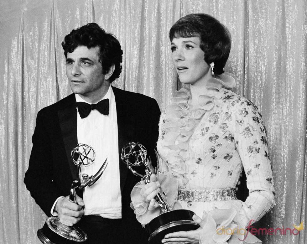 Peter Falk recoge un Emmy por 'Colombo'