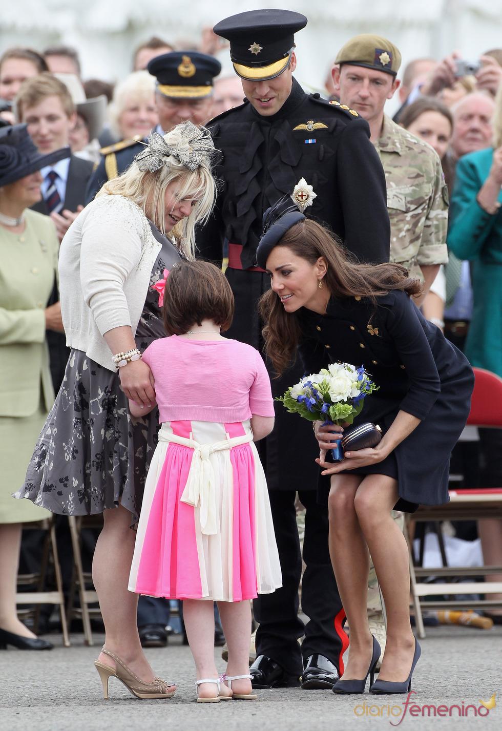 Catalina Middleton recibe flores de una niña en el Desfile de la Guardia Irlandesa