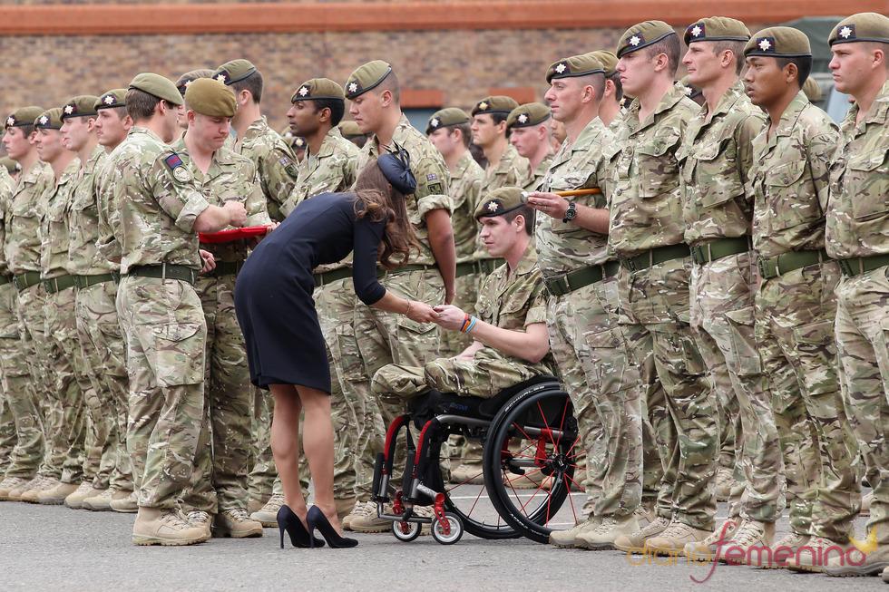 Catalina Middleton entrega las medallas conmemorativas a la Guardia Irlandesa