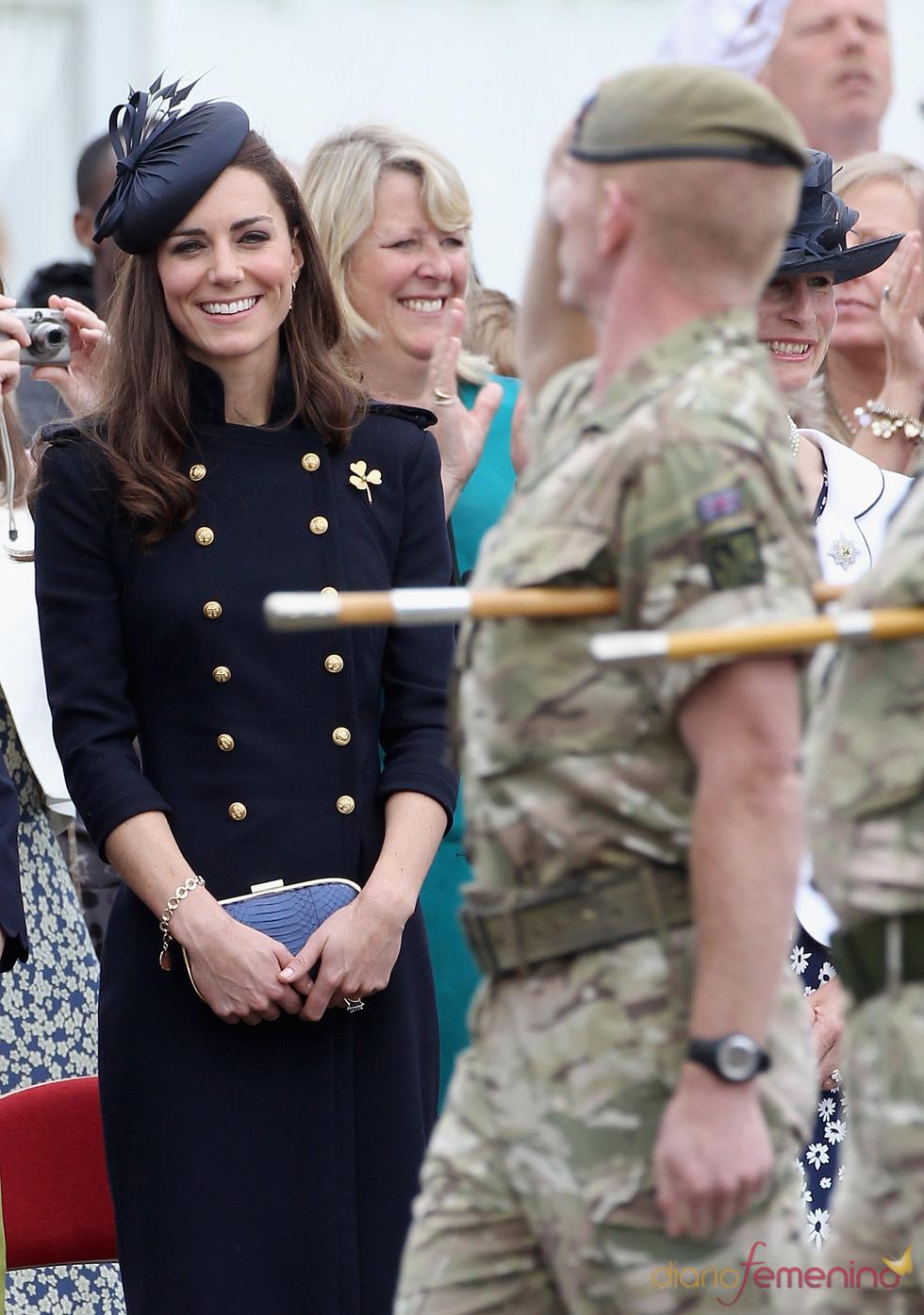Catalina Middleton presencia entusiasmada el desfile de la Guardia Irlandesa
