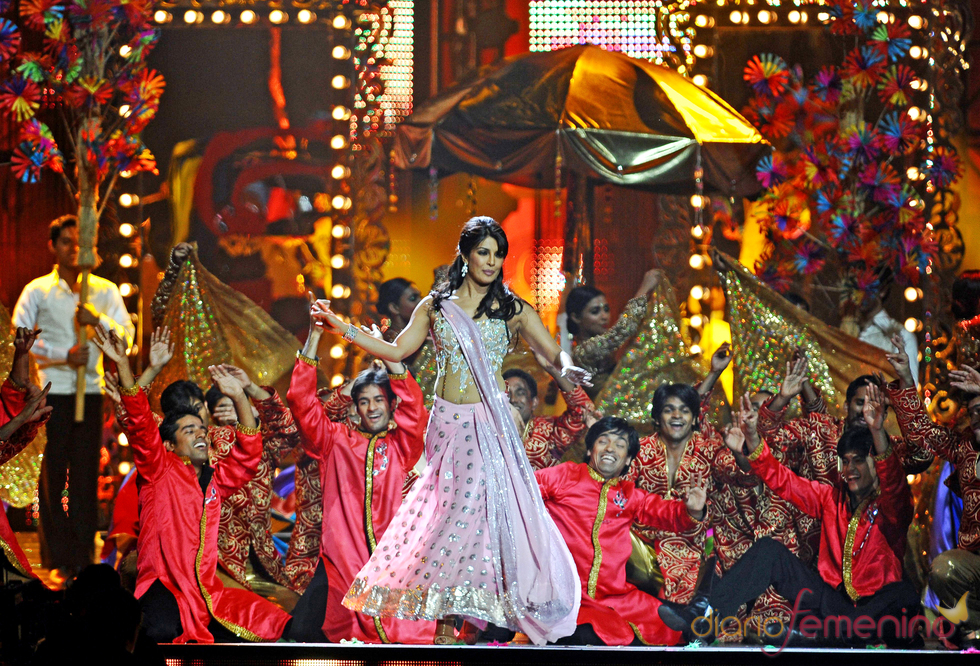 La actriz india Priyanka Chopra actúa durante los premios IIFA 2011
