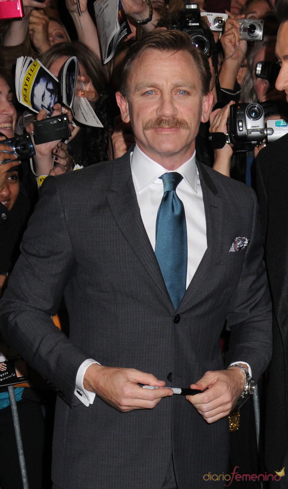 Daniel Craig, con un curioso bigote en septiembre de 2009
