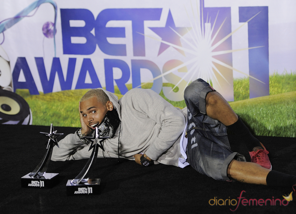 Chris Brown presume de sus premios en los BET Awards 2011