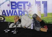Chris Brown presume de sus premios en los BET Awards 2011