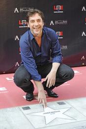 Javier Bardem junto a su estrellas del Paseo de la Fama de Madrid