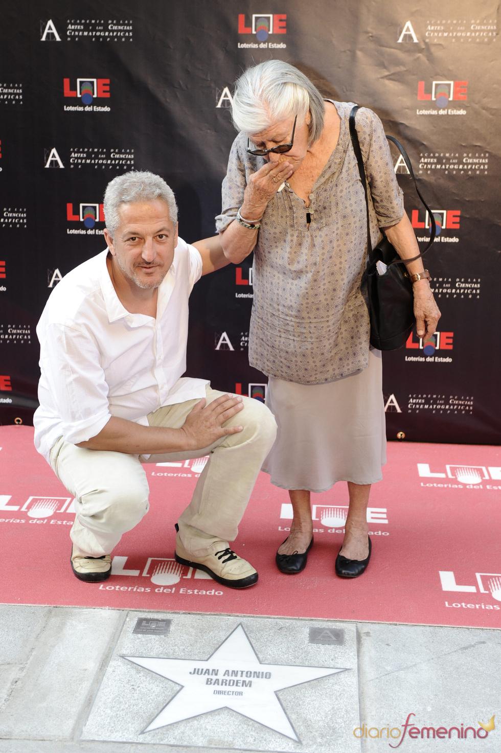 Miguel Bardem junto a la estrella de su padre Juan Antonio Bardem en Madrid
