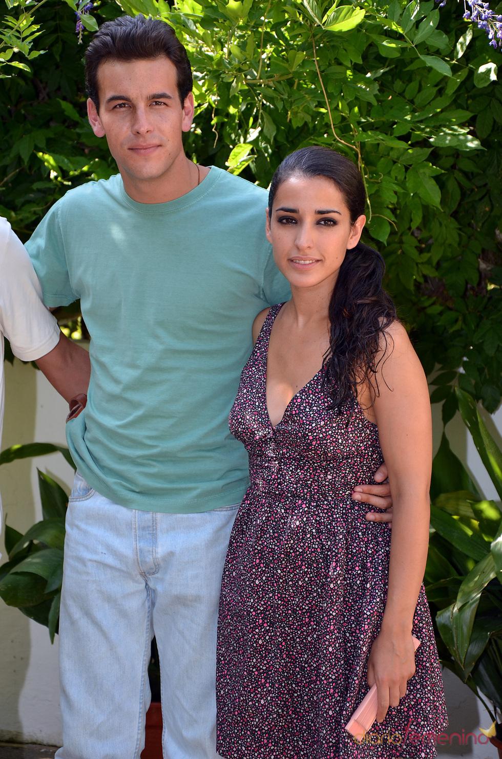 Mario Casas e Inma Cuesta posan durante el rodaje de 'Grupo 7'