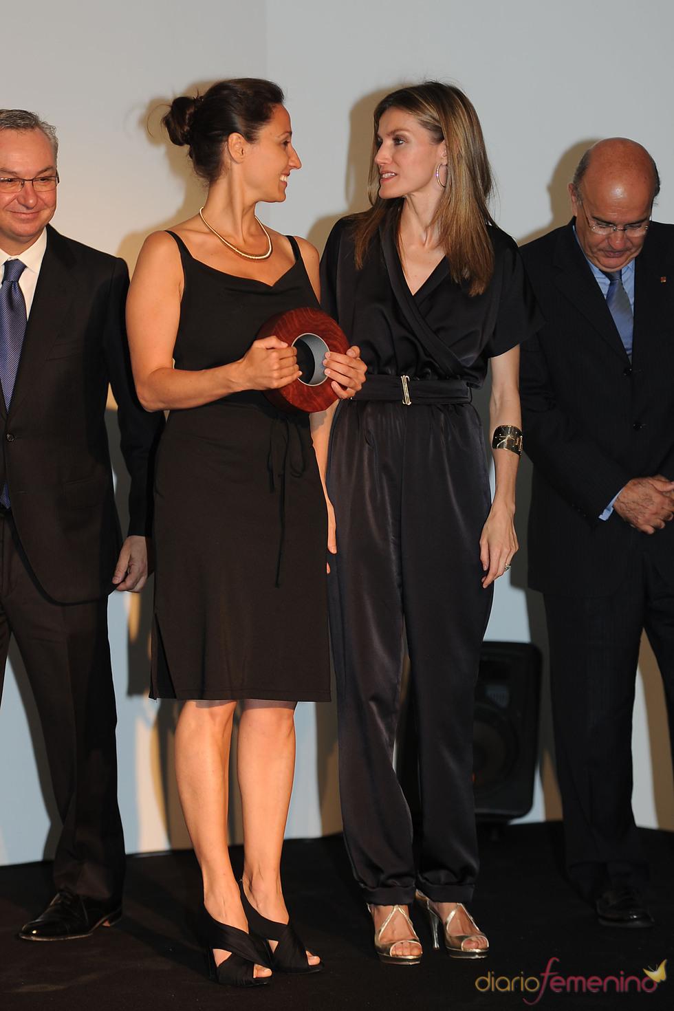 Letizia Ortiz hace entrega de la Beca Fero a la investigadora italiana Laura Soucek