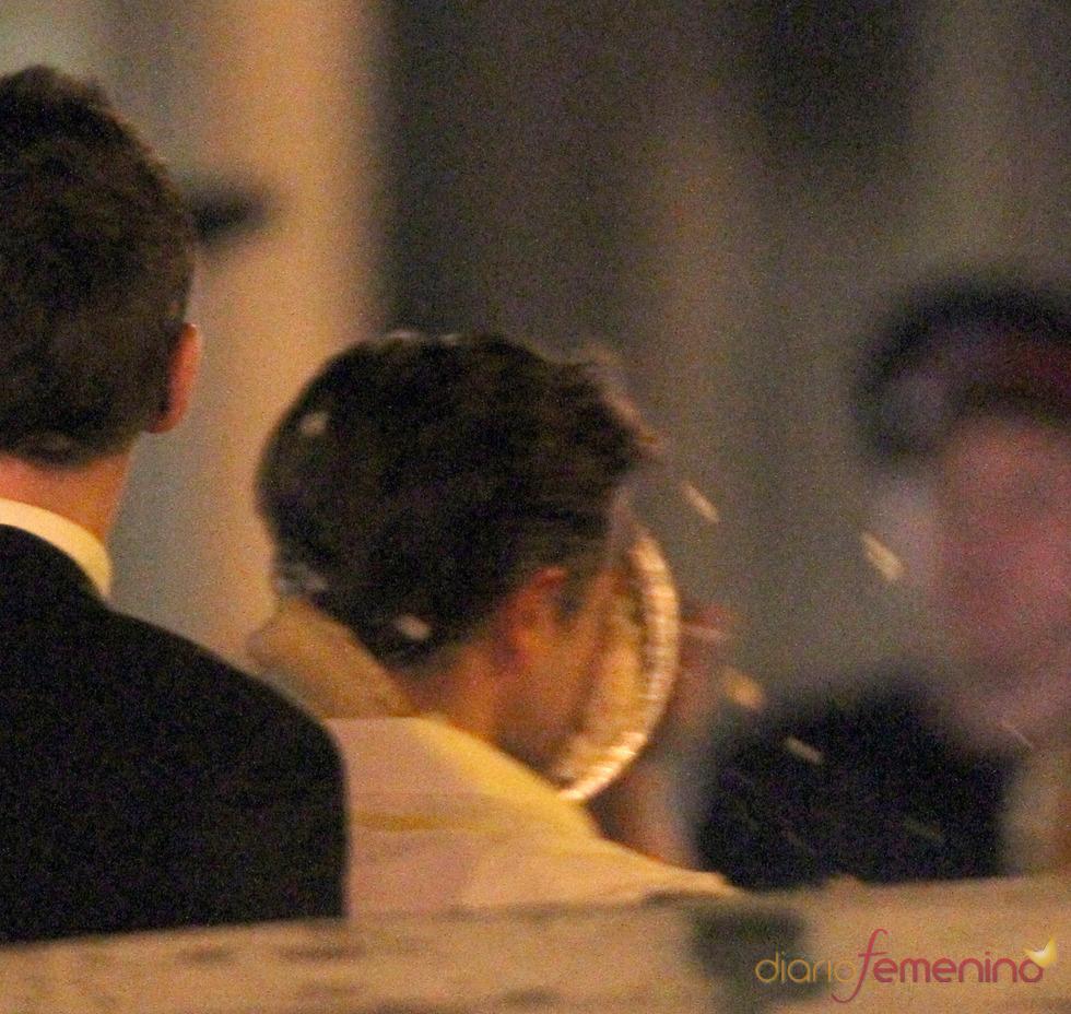 Robert Pattinson el el momento en el que recibe el tartazo en la cara