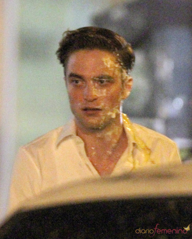 Robert Pattinson mosqueado tras recibir un tartazo en la cara