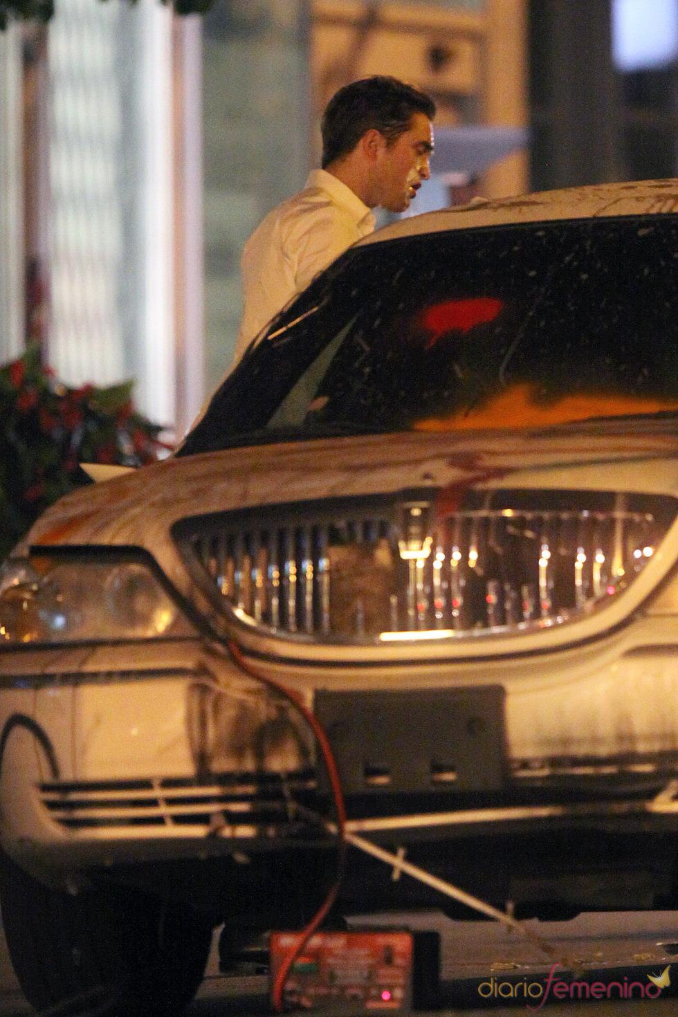 Robert Pattinson descubre horrorizado su coche lleno de pintadas