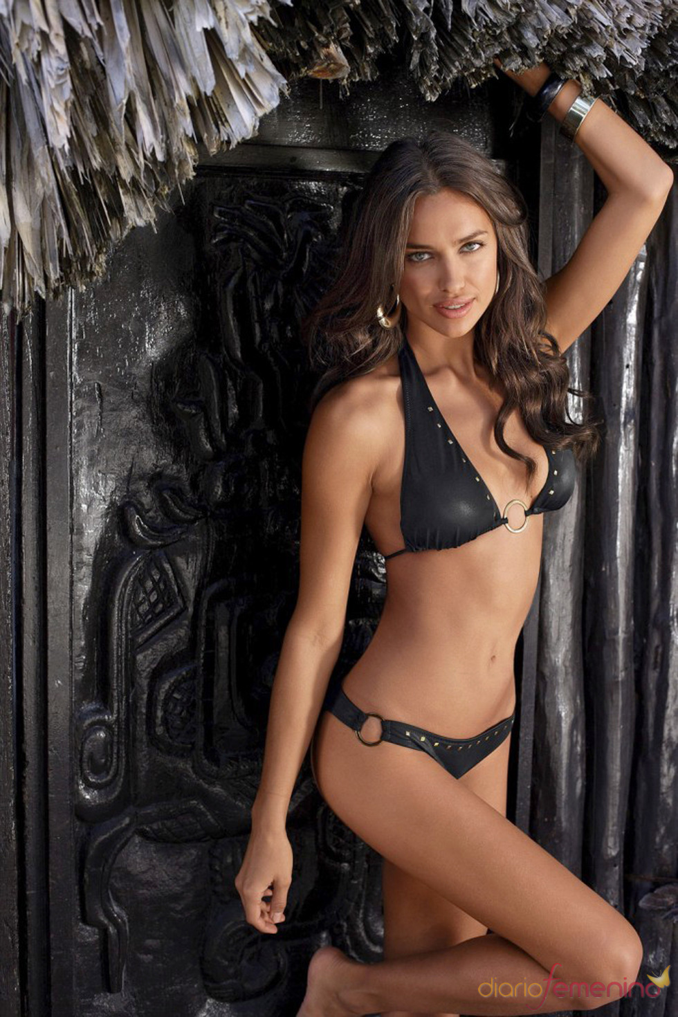 Irina Shayk posa con un bikini negro de Bruno Banani