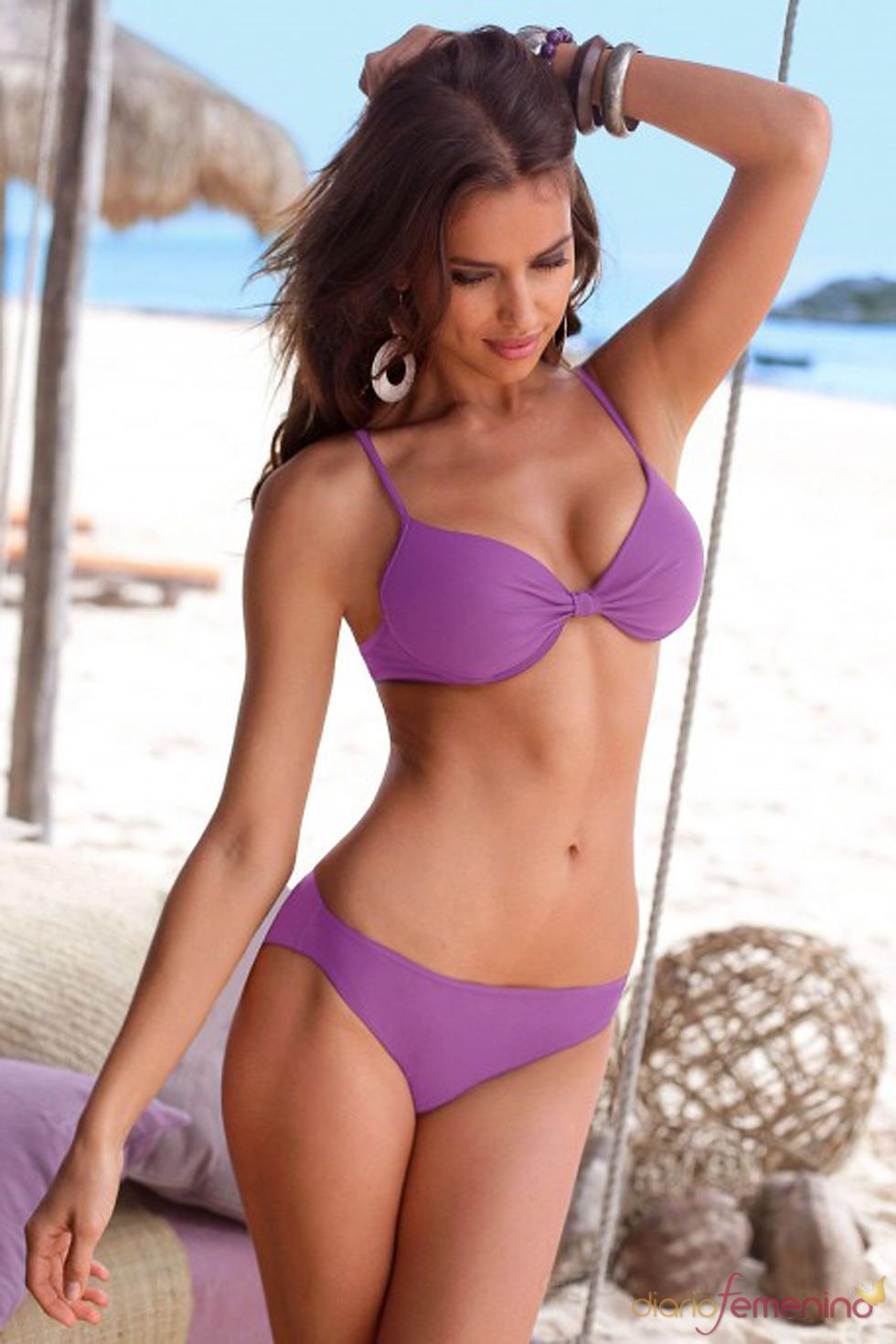 Irina Shayk posa con un bikini morado de Bruno Banani