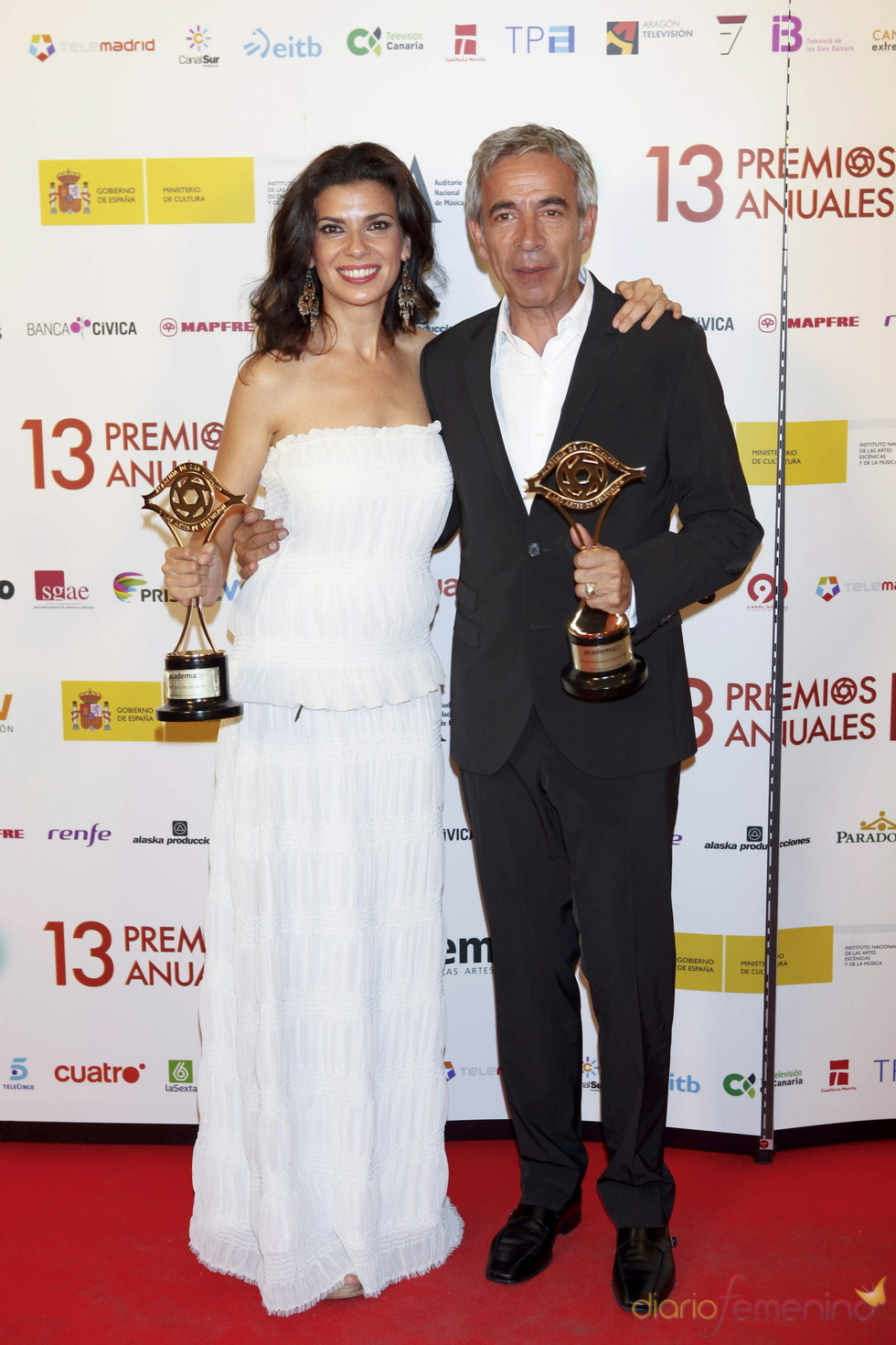 Imanol Arias y Pilar Punzano con sus Premios de la Academia de TV 2011