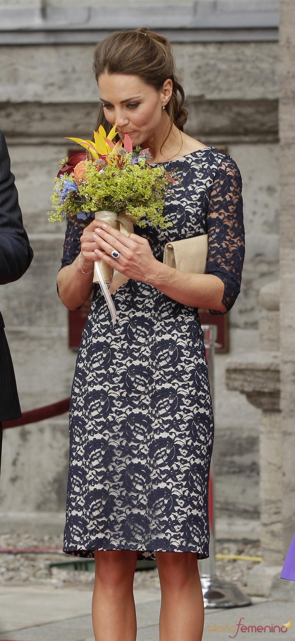 Kate Middleton recibe un ramo de flores a su llegada a Ottawa, Canadá